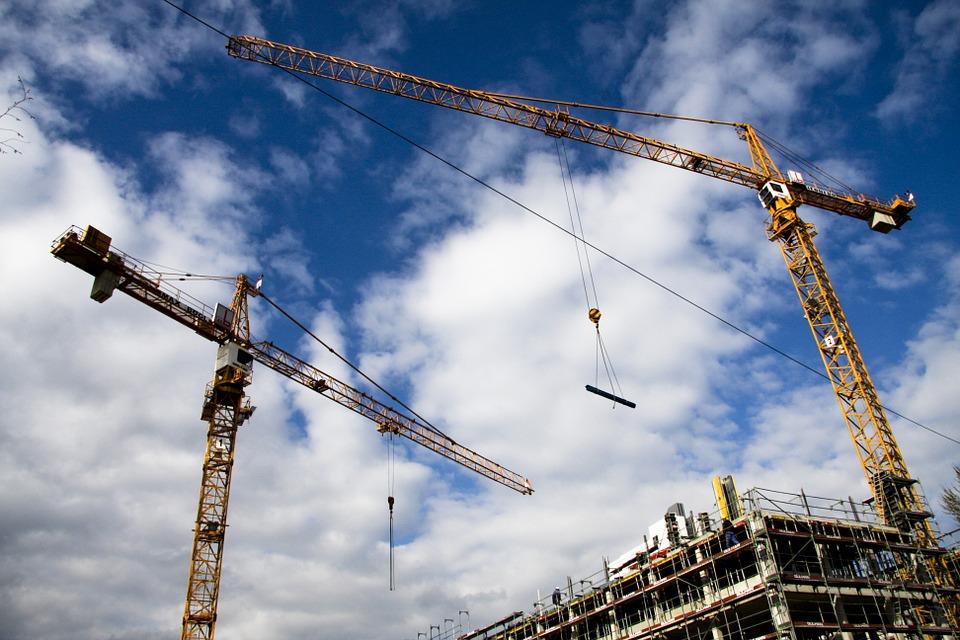 inwestycja budowlana - żurawie na budowie